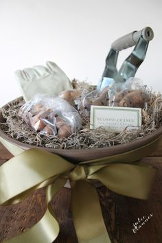 We've got the perfect gift idea for the gardener in your life. This could even be a great housewarming present! Put a beautiful gardening gift basket together in minutes! Free printable gift card.