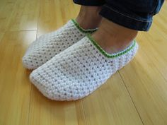 VIDEO TUTORIAL & FREE PATTERN: How To - Crochet Simple Adult Slippers for Men or Women