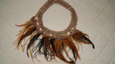 Collar hecho a mano con fibra natural y plumas