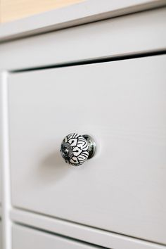 Personalize your furniture with an elegant black and white floral cabinet knob. This knob is handcrafted in India by our fair trade partner Noah's Ark.