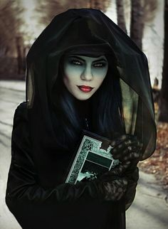 Getting ready for Halloween? Here are some amazing makeup inspirations for your spooky pleasure! www.themakeupblogger.com
