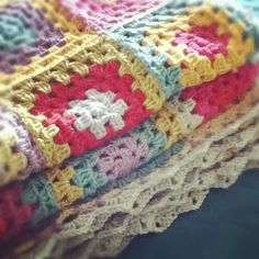 Uma boa manta de #crochê toda colorida! #inspiração #CoatsCorrente