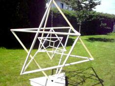 Die Mer-Ka-Ba ist ein Wort, das eigentlich aus drei Wörtern besteht: Mer - Ka - Ba. Mer bedeutet laut Drunvalo gegenläufig rotierendes Lichtfeld und war in Ägypten das Wort für Pyramide, Ka steht für den feinstofflichen physischen Körper und Ba bedeutet Seele. Das heißt, bei der Merkaba handelt es sich um ein gegeneinander drehendes Lichtfeld basierend auf pyramidalen Formen, das mit dem feinstofflichen physischen Körper und der Seele verbunden ist.  http://www.heiligegeometrie.com
