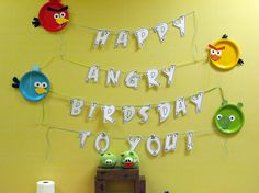 Amplia e imprime letras del fuente Angry Birds para crear un espectacular banner para la fiesta! Y adorna con platos disfrazados como los personajes del juego / Enlarge and print letters in the Angry Birds font for the party! And complement with plates dressed up as characters from the game!