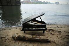 Era già successo a  San Francisco , dove sulla collina di Bernal Heights era apparso un pianoforte con la scritta ''Play me'', a disposizione di chiunque volesse suonarlo. Stavolta siamo a New York, sulla spiaggia lungo l'East River di Manhattan, sotto il ponte di Brooklyn. Nessuno sa chi abb