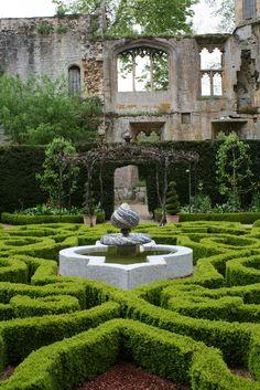 Boxwood maze, Sudeley Castle. England