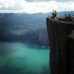 *NORUEGA* Preikestolen ou Prekestolen é uma falésia de 604 metros de desnível que se ergue sobre o Fiorde de Lyse, em frente ao platô Kjerag, em Forsand, Noruega. O topo da falésia é de aproximadamente 25 por 25 metros, quadrado e quase plano