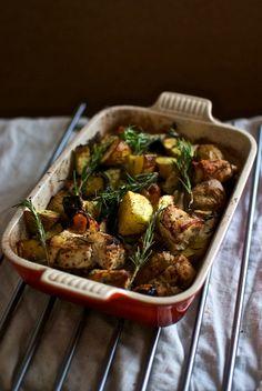 Pollo al horno con verduras, patatas y romero