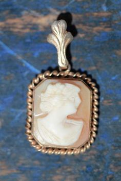 ANTIQUE 10K GOLD & HAND CARVED SHELL CAMEO PENDANT