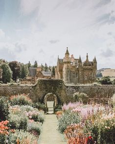 The Best Castles in Scotland! Between the Scottish Highlands and the gorgeous city of Edinburgh Scotland is one the of most beautiful places on earth. These 15 Scottish castles will be perfect to add to your Eurppe Bucket List! #scotland #castles #scottis