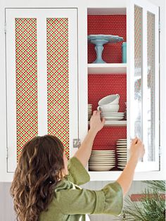 How easy to decorate the kitchen cabinets with wrapping paper!