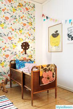 floral wallpaper and vintage bed in this kids room #kidsroom #vintage