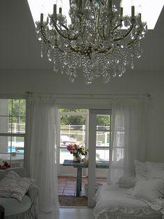 decor, living rooms, shabbi chic, chandeliers, white