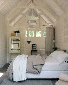 Small bedroom. Note that's a bathroom behind that wall, tub on the right. Love this!!