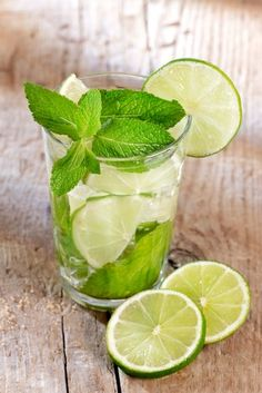 This Sparkling Lime-Mint Quencher is SO GOOD! Non-alcohol and tastes just like a Mojito! #healthy #summer #drinks #skinnyms #recipes