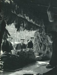 Un comptoir de produits d'Auvergne - des saucissons quoi - à la Foire aux Jambons, boulevard Richard-Lenoir, vers 1960. Une photo de Roger Schall.