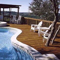 Deck with pool in its center and an angola on its periphery