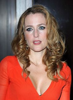Gillian Andersons glamorous, blonde hairstyle