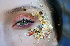 gold leaf around eyes eye