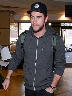 Liam Hemsworth keeps it casual and oh-so-cool as he makes his way through Los Angeles International Airport. http://www.people.com/people/gallery/0,,20772097,00.html#30078055