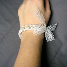 Pearl and lace bracelet tutorial...
