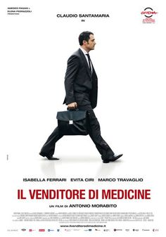 Il Venditore di Medicine, la recensione del film di Antonio Morabito con Claudio Santamaria, Isabella Ferrari e Marco Travaglio