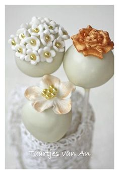 White and gold wedding cakepops. Made out of chocolatecake with cookiecrumbels and a frosting from creamcheese and sugar.