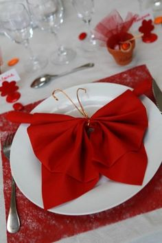 napkin folding on pinterest napkins napkin rings and table settings. Black Bedroom Furniture Sets. Home Design Ideas