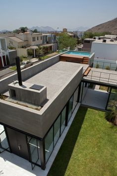 Surrounded  House / 2.8x arquitectos