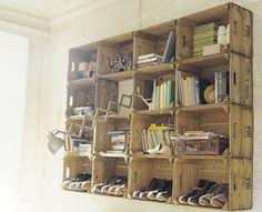 Kisten aan de wand als schoenenkast wine crates, mud rooms, milk crates, apple crates, old crates, wooden crates, wood crates, storage ideas, vintage inspired