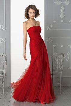 Vestido de fiesta rojo perfecto para hermana. Realzado en tul rojo y drapeado que realza la figura