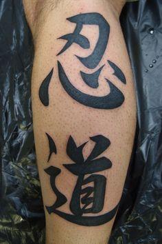 文字 足 ブラック&グレーのタトゥーデザイン