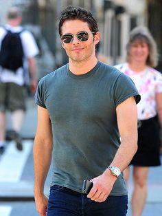 James Marsden proves it doesn't take a lot to look good, making his handsome way around N.Y.C. sporting just a T-shirt and jeans. http://www.people.com/people/gallery/0,,20723543,00.html#30001470