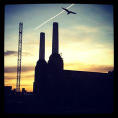 A hazy sunset over Battersea Power Station, #London 8°C | 46°F #BurberryWeather