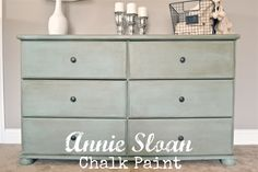 Homemade Chalk Paint Vs. Annie Sloan Chalk paint: The differences & simulaties & why Annie Sloan paint is worth the price, but why homemade chalk paint is great too!