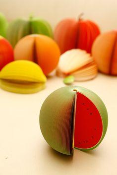 Anotadores con forma de fruta, 150 hojas. Manzana, pera, sandía, durazno, granada y naranja. $15 (pesos argentinos)