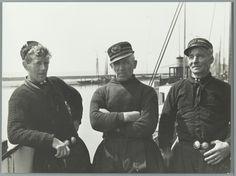 Bootreis Enkhuizen-Urk: portret van de bemanning Bootreis Enkhuizen-Urk: portret van de bemanning. V.l.n.r. dhr. Kramer in Urker visserdracht met handgebreide visserstrui, broek met zilveren knopen en een karpoets op z'n hoofd, kapitein Louwe van Dokkum in een Engelse visserstrui met een 'godsoog' middenvoor en rechts stuurman Romkes. Enkhuizen, [1936]. #Urk #WestFriesland #Enkhuizen #NoordHolland