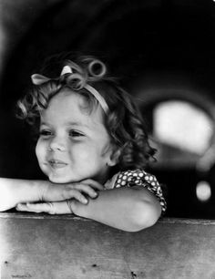 Shirley Temple looking as cute as a button, 1930s. #vintage #1930s #actresses #kids
