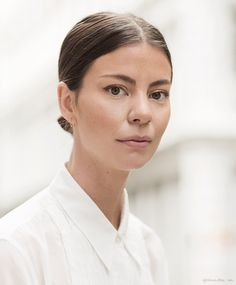 Annina Mislin, beauty minute, chignon, middle part, white shirt