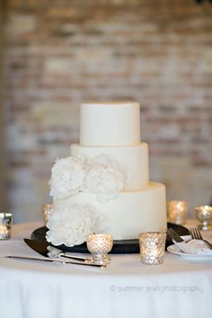 White Cake with White Mums.  Fulton's on the River Wedding. Summer Jean Photography. Sweetchic Events.  West Town Bakery.