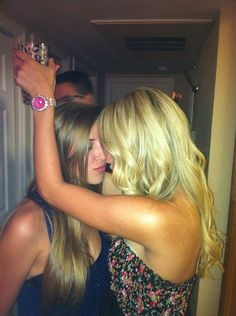 Girls Kissing Girls - A Humble 52 Photo Tribute parti girl