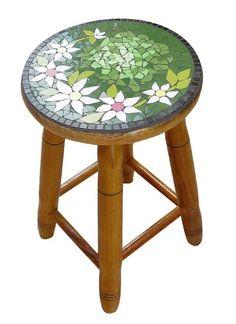 Banqueta em mosaico com motivo floral...
