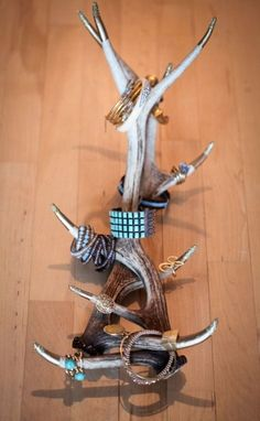 Add a little glam to your relaxing country decor by using antlers as jewelry display and storage #DIY #rustic | shelterness.com