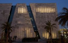 """El cemento transparente es un invento de un equipo de arquitectos de la empresa italiana Italcementi, y está formado por una mezcla de resinas especiales. En cada panel """"translúcido"""" cuenta con unos 50 agujeros, lo que confiere un 20% de transparencia."""