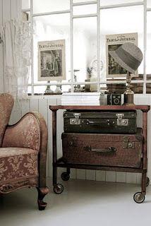 cottag room, hvítur lakkrí, suitcas