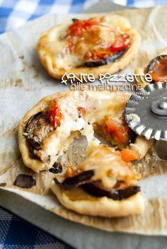 Finte Pizzette (di pasta brisée) alle Melanzane. Un antipasto velocissimo e goloso! La ricetta la trovate su http://noodloves.it/finte-pizzette-alle-melanzane/ #Pizzette #Antipasto #Melanzane #Natale #Ricetta