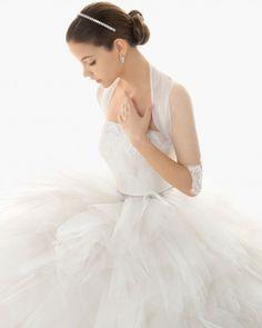 Chaqueta de tul para novia y detalles de encaje bordados en las mangas - Foto Rosa Clará