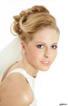 Trucco leggero e acconciatura classica per la #sposa