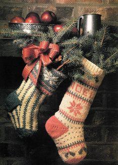 Muito lindas estas meias Natalinas para decorar sua lareira no Natal !  Escreva sua CartinhaaoPapaiNoel.com.br  @Noel Bass Bass Bass Dandes - Spruce and NOEL Christmas Stockings (pattern) for your new knitting obsession! :)