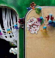 No trailer que serve de escritório e fica no jardim em Trancoso, a porta foi enfeitada com luz pisca-pisca e garrafa pet. Ideia da florista Karin Farah